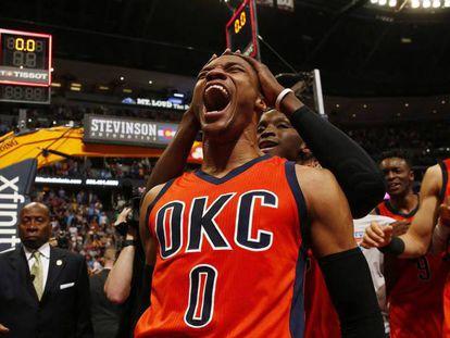 Westbrook celebra a cesta vitoriosa em Denver.