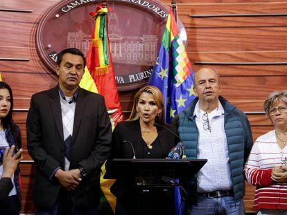 Jeanine Añez, senadora e líder da oposição, em uma coletiva depois da saída de Morales do país.