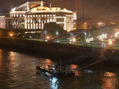As equipes de resgate buscam sobreviventes depois do afundamento de um barco turístico no Danubio a seu passo por Budapeste (Hungria).