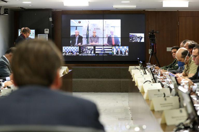 Bolsonaro assiste a fala do governador de Minas Gerais, Romeu Zema, durante videoconferência com políticos do Sudeste, na quarta.