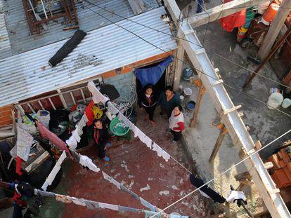Três moradores de vila Fraga, favela próxima ao cemitério La Chacarita, em Buenos Aires.