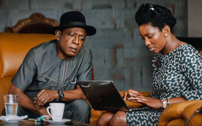 A atriz e diretora Genevieve Nnaji ao lado de Nkem Owoh, seu tio no filme.