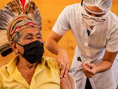 Um homem indígena é vacinado em Minas Gerais.