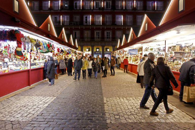 Mercado de Natal na Plaza Mayor, em Madri, livre de trânsito.