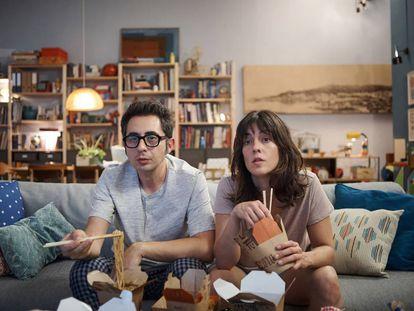Berto Romero e Eva Ugarte são pais de primeira viagem na série 'Mira lo que Has Hecho'.