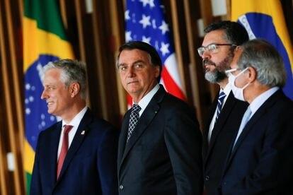 Robert O'Brien, embaixador dos EUA, ao lado de Jair Bolsonaro, Ernesto Araújo e Paulo Guedes no dia 20 de outubro, no Itamaraty.