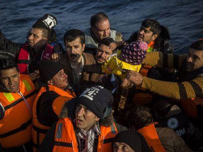 Migrantes e refugiados pedem ajuda a equipes de resgate, em 8 de dezembro.