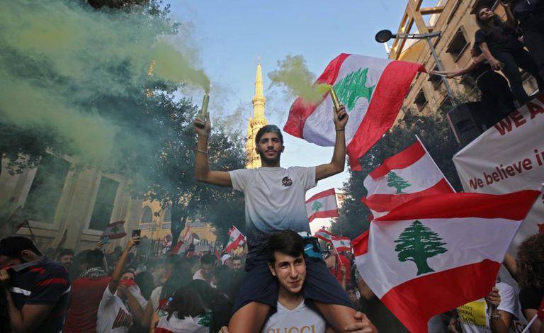 Manifestantes libaneses durante um protesto para exigir melhores condições de vida, nesta segunda-feira, em Beirute.