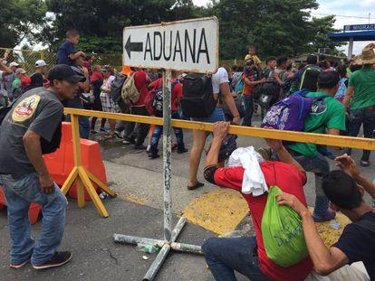 Os migrantes centro-americanos cruzam a fronteira entre o México e a Guatemala.