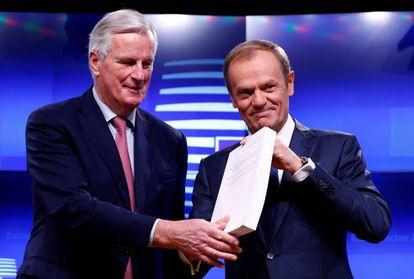 Barnier (esquerda) e Tusk mostram o documento após se reunirem nesta quinta-feira.