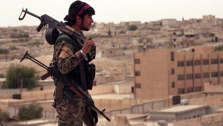 Um membro das milícias curdas da Síria que lutam contra os jihadistas, no norte da cidade de Tabqa, em uma imagem do 30 de abril.