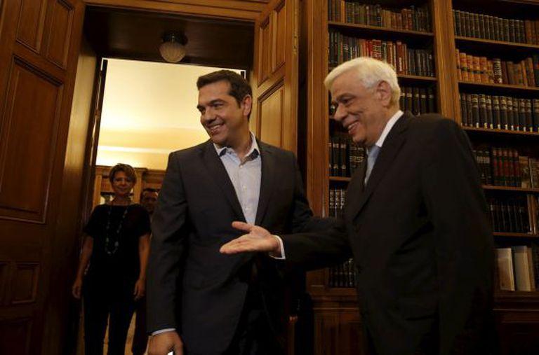 Alexis Tspiras (esquerda), recebido nesta quinta-feira pelo presidente grego, Prokopis Pavlopoulios, a quem apresentou sua demissão.
