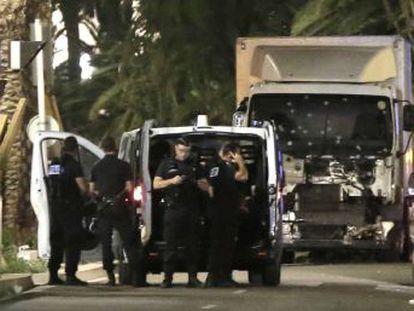 Dezenas de pessoas morreram depois de serem atropeladas por um caminhão durante os festejos do 14 de Julho