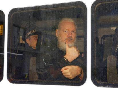 Julian Assange em uma van da polícia após ser preso na embaixada equatoriana em Londres