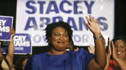 Stacey Abrams, candidata a governadora da Geórgia, saúda simpatizantes em um ato em Atlanta em 22 de maio.