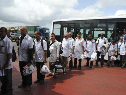 Médicos cubanos chegam ao aeroporto de Monróvia.