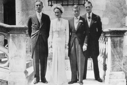 Wallis Simpson e o Duque de Windsor no dia do seu casamento no castelo de Candé em junho de 1937. À esquerda do casal, Herman Rogers e, à direita, E. D. Metcalf