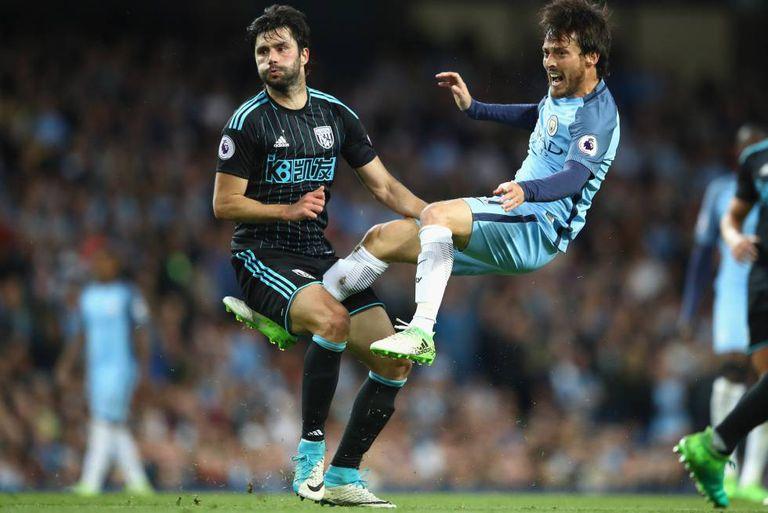 Yacob e David Silva, em jogo pela Premier League.