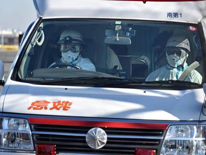 Agentes de saúde transportam um doente nesta quarta-feira em Yokohama.