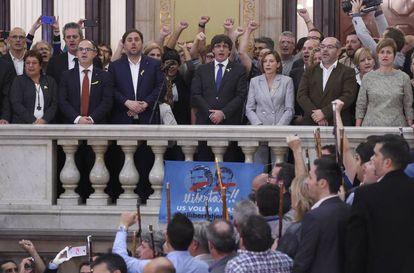 O presidente da Catalunha, Carles Puigdemont (ao centro), no Parlamento, nesta sexta.