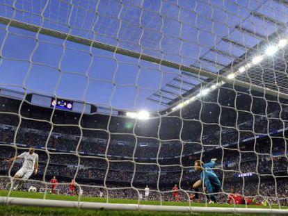 Benzema marca o gol do Real Madrid.