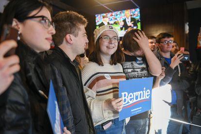Apoiadores de Bernie Sanders aguardam sua chegada em bar de Des Moines (Iowa).
