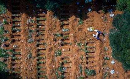 Funeral na última quinta-feira nos novos túmulos abertos para atender vítimas da pandemia no cemitério de Vila Formosa, em São Paulo, o maior da América Latina.