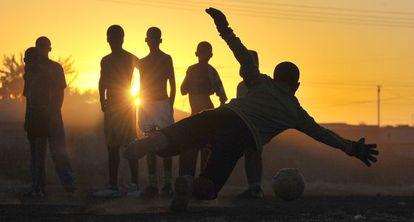 Crianças jogando futebol na África do Sul.