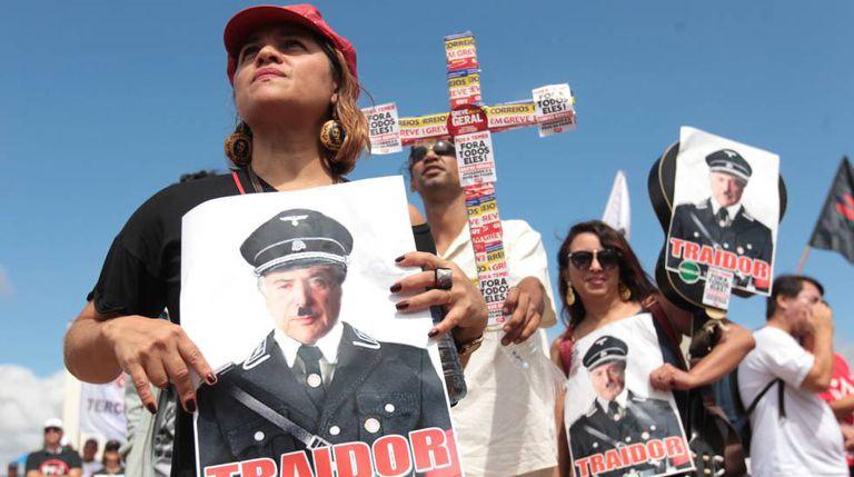 Manifestantes comparam Temer a Hitler em protesto em Brasília.