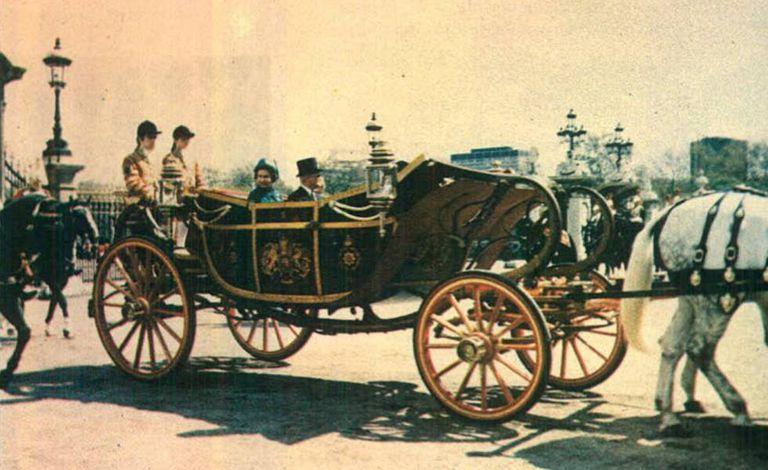 Reprodução do encarte feito pela presidência da República para promover a viagem do presidente Ernesto Geisel ao Reino Unido em 1976. Na imagem, ele participa de cortejo com a rainha Elizabeth rumo ao Palácio de Buckingham.