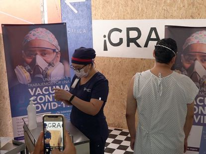 Um voluntário recebe doses experimentais de uma vacina contra o coronavírus em Oxaca, no México, na sexta-feira passada.
