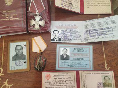 Passes especiais de Ostretsov para entrar em Chernobyl, seu cartão de invalidez por radiação e duas medalhas recebidas pela coragem.