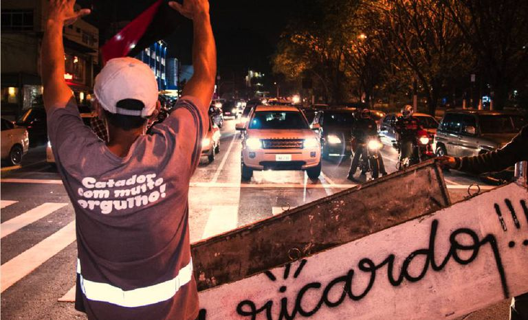 Catadores participam de protesto em homenagem ao colega morto, em julho de 2017