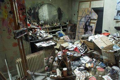Recriação fidedigna do estúdio londrino de Francis Bacon realizada em Dublin com objetos do pintor.