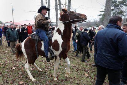 Roy Moore chega a cavalo para votar em Gallant, Alabama, na terça-feira passada