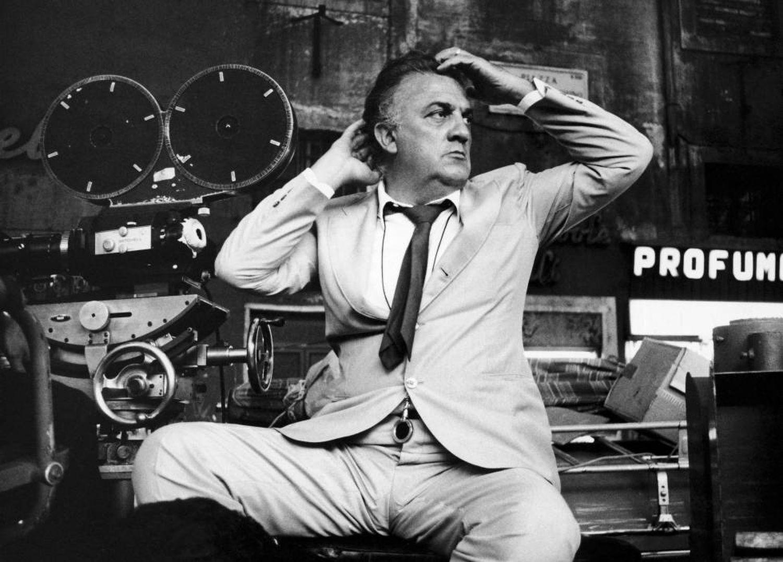 Federico Fellini, nos anos 1970, nos estudios da Cinecittà.