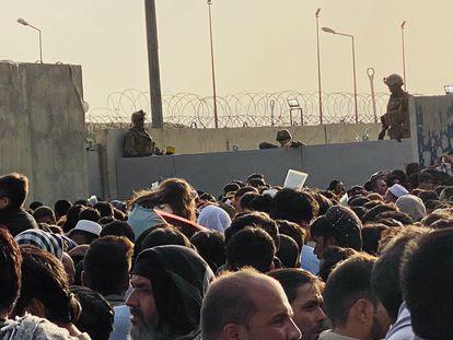 Centenas de afegãos tentam entrar no aeroporto de Cabul para sair do país, nesta segunda-feira. Em vídeo, caos no aeroporto de Cabul uma semana depois da entrada do Talibã na capital