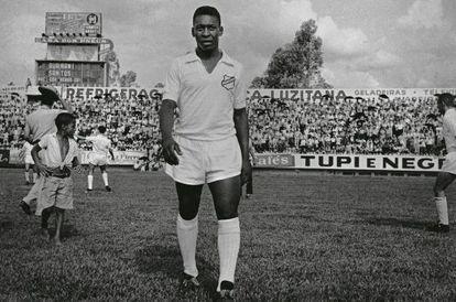 Pelé com o uniforme do Santos.