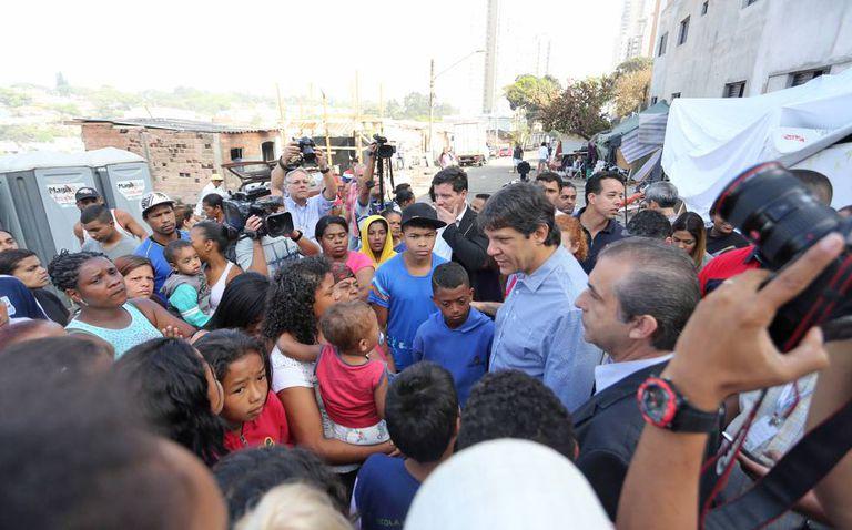 O prefeito Fernando Haddad em visita a uma favela, em setembro de 2014.