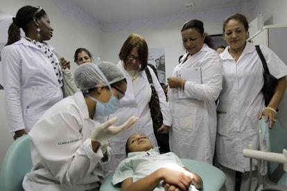 Médicos cubanos durante uma sessão de treinamento em uma clínica de saúde em Brasília.