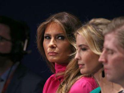 NBC demite Billy Bush, ex-apresentador e primo do ex-presidente, que aparece rindo dos comentários do magnata em uma gravação