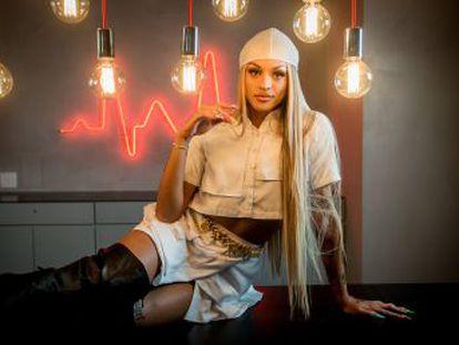 A cantora, que soma 570 milhões de downloads no Spotify, fala em uma entrevista do álbum trilíngue que lança na sexta-feira, sobre ameaças às pessoas LGBT no Brasil, de suas origens e políticas de Bolsonaro