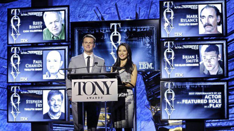 Os atores Jonathan Groff e Lucy Liu anunciam os nominados ao prêmio Tony.