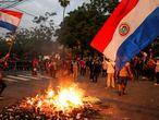 Una protesta en contra del Gobierno de Mario Abdo Benítez, a las fueras del Congreso en Asunción, este 17 de marzo.
