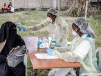 Personal sanitario toma la temperatura a una mujer en el Hospital Mbagathi de Nairobi, Kenia. Este país va a participar en el ensayo final de la vacuna contra la covid-19 que está desarrollando la universidad de Oxford.