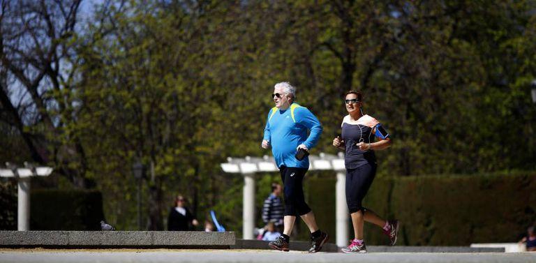 Um casal idoso corre por Madri, em 2015