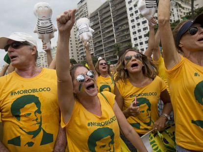 Manifestantes com camisetas do juiz Sérgio Moro, no Rio de Janeiro