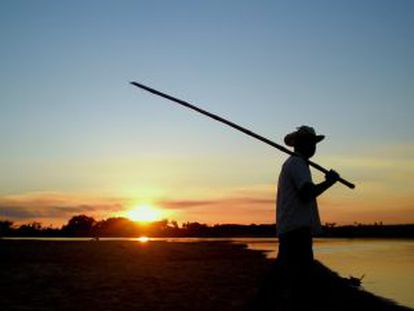 Um pescador no rio Jejui, no Paraguai.
