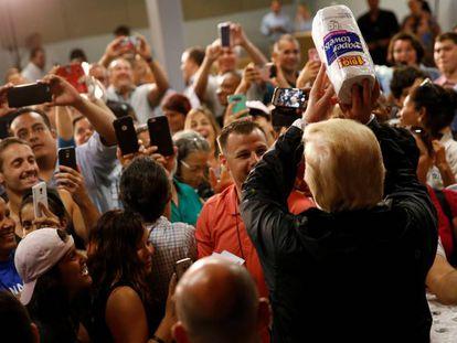 Trump joga rolos de papel