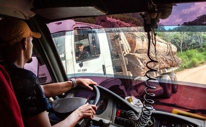 Os caminhões com toras são corriqueiros na Transamazônica e estradas vicinais, a maioria deles vindos da Terra Indígena Cachoeira Seca, uma das mais invadidas e desmatadas do Brasil.